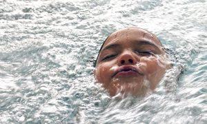 tete d'enfant hors de l'eau