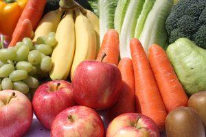 assortiment de fruits et légumes carottes pommes raisins pommes kiwis, brocolis, salade poivrons