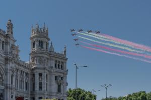 avions volant au-dessus de la mairie de madrid avec des fumées de couleur