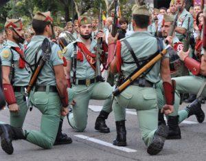 militaires de l'armée espagnole à genoux