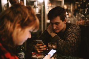 gars et fille sur leur téléphone intelligent