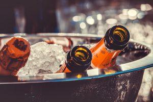 bouteilles dans un seau à champagne