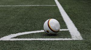 ballon de football sur un terrain vert