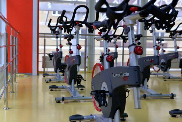 vélos dans une salle de gym