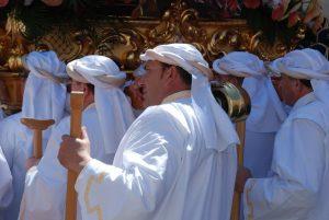 hommes en blanc durant la semaine sainte à madrid
