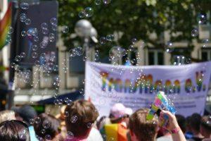 manifestation de gens dans madrid pour la gay pride