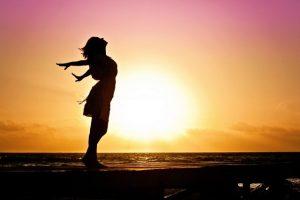 femme devant un coucher de soleil