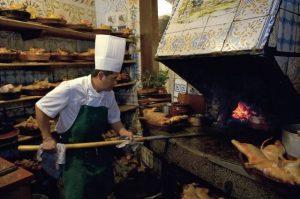 cuisinier devant un four