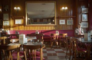 chaises et tables de café avec sol à carreaux