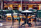 Chaises et table de café sous la neige