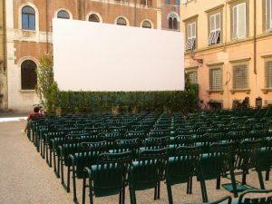 chaises vertes en ligne devant un écran de projection