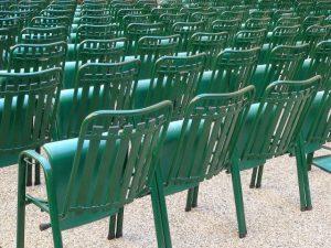Chaises vertes en ligne