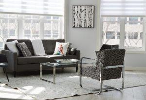 salon avec chaises, canapé table et tapis