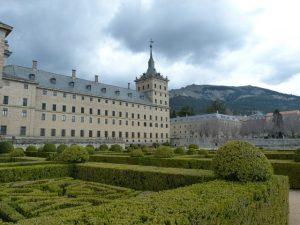 monastere en pierre et jardin a la francaise