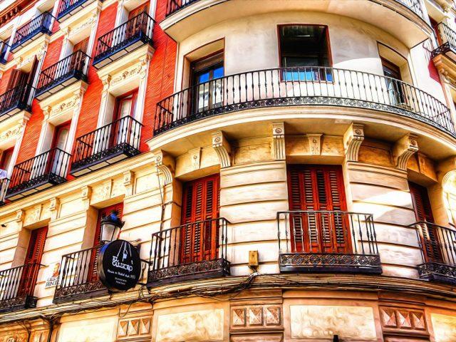 vue de balcons en fer d'immeuble avec
