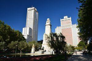 place de madrid avec une statue et des gratte-ciels