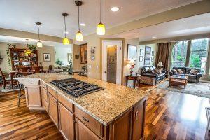 cuisine a l'americaine avec plancher vernis et console en marbre et bois