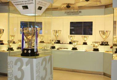 salle avec des coupes de championnat football