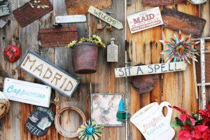 planches de bois avec seau et inscriptions