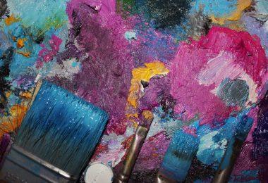 toile de peinture avec pinceaux