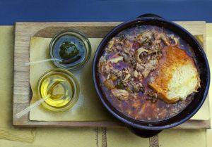 plat de viande avec deux tasses huile