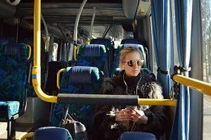 femme assise dans un bus