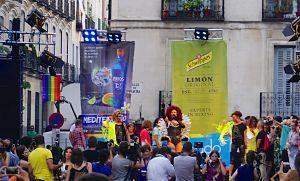 rue de chueca avec des gens dans la rue