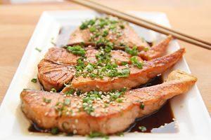 plat de saumon grillé avec des herbes