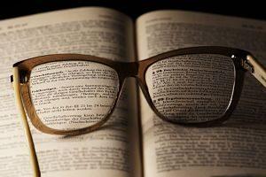 lunettes sur un livre ouvert
