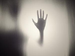 ombre de main posée sur une surface blanche