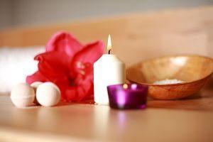 bougies allumées et fleur