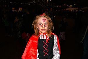 fille en chaperon rouge avec du sang