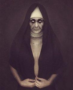 femme en habit de religieuse yeux noirs