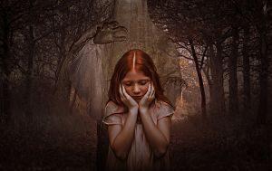 jeune fille rousse se tenant le visage de peur