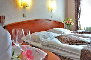 lit double avec verre de vin