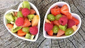deux bols en forme de coeur remplis de fruits