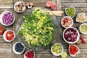 bol de salade et petis bols de fruits et légumes