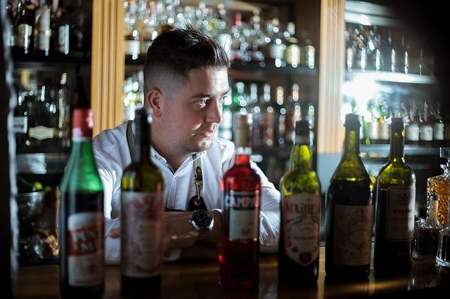 barman avec bouteilles de vermouth