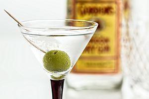 verre de gin avec olive et bouteille de gin