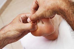 mains massant un pied