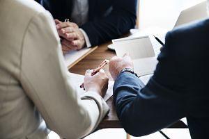 couple signant des documents