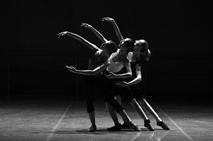 trois danseurs levant les bras