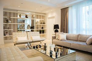 salon avec table basse et canapé