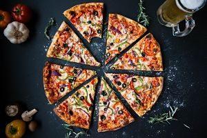 pizza coupée en huit parts