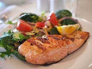 darne de saumon avec des légumes