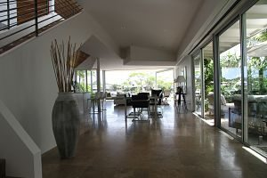 salon dans une maison avec baie vitrée