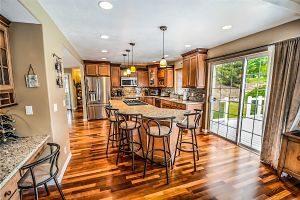 salon dans une maison avec baie vitrée et plancher en bois