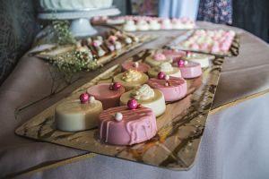 plateau de desserts blancs et roses