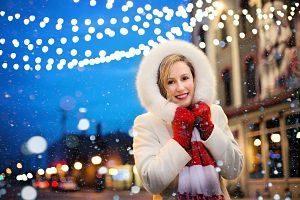 Femme en manteau d'hiver et gants rouge