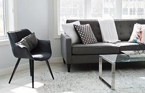 salon avec canapé tapis et chaise